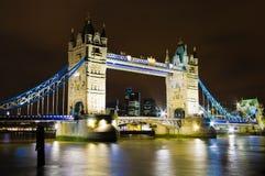 1 загоранная мостом башня ночи Стоковое Фото