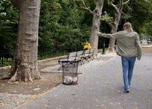 1 отроческий мальчик может бросать tash цветков Стоковое Изображение