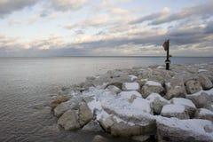 1 покрыло снежок утесов озера Стоковая Фотография