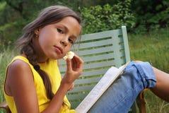 1 чтение девушки Стоковое Изображение