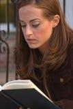 1 чтение девушки Стоковые Изображения