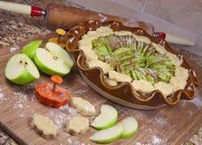 1 яблоко делая пирог Стоковые Изображения