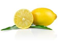 1 1/2 citron mûr avec les lames vertes Photographie stock