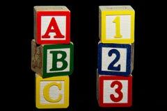 1 2 3 y una pila de B C de bloques del alfabeto Imagen de archivo