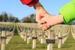孩子为和平世界大战1手拉手走 免版税库存图片