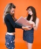 1 bärbar dator som delar kvinnor arkivfoton