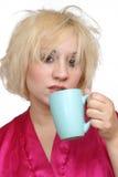 1 blonda dricka för kaffe som är grumpy Arkivbild
