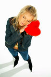 1 blonda flickahjärta som rymmer röd sexig sammet Royaltyfria Bilder
