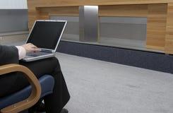 1 bureau d'ordinateur portatif de mains Image stock