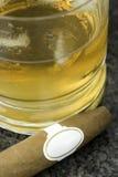 1 cigarrwhiskey Arkivfoton