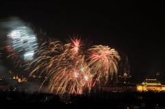 1 DE JANEIRO: O fogo-de-artifício 2013 de ano novo de Praga o 1 de janeiro de 2013, em Praga, república checa. Fotos de Stock