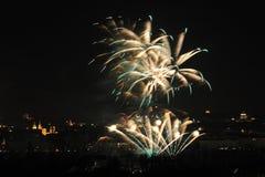 1 DE JANEIRO: O fogo-de-artifício 2013 de ano novo de Praga o 1 de janeiro de 2013, em Praga, república checa. Imagem de Stock