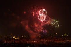 1 DE JANEIRO: O fogo-de-artifício 2013 de ano novo de Praga o 1 de janeiro de 2013, em Praga, república checa. Imagens de Stock Royalty Free