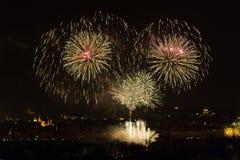 1 DE JANEIRO: O fogo-de-artifício 2013 de ano novo de Praga o 1 de janeiro de 2013, em Praga, república checa. Imagens de Stock