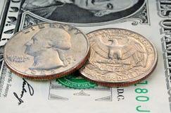 1-Dollar-Banknote und 25 Cents Lizenzfreies Stockbild