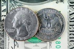 1-Dollar-Banknote und 25 Cents Lizenzfreies Stockfoto