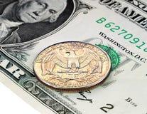 1 dollarbankbiljet en 25 centen Stock Afbeelding