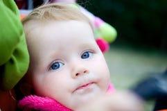 1 Einjahresmädchen im Kinderwagen Lizenzfreies Stockfoto