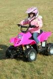 1 flicka fyra little rosa kvadratperson som drar en skottkärra Royaltyfria Bilder