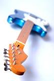 1 gitarr räckte till vänster Arkivfoto