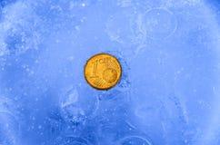 1 gouden euro centmuntstuk in ijs Royalty-vrije Stock Afbeelding