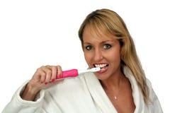 1 härliga blondin som borstar henne tänder Royaltyfri Fotografi