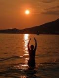 1 havssolnedgångkvinna Arkivfoto
