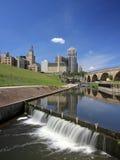 1 i stadens centrum minneapolis för ärke- bro sten Arkivfoton