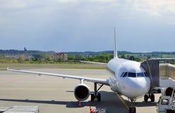 (1) lotnisko parkujący samolot Fotografia Stock