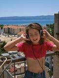 1 lyssnande musik för flicka till royaltyfri fotografi