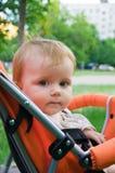 1 menina dos anos de idade no carro de bebê Fotografia de Stock Royalty Free
