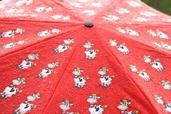 1 röda paraply Arkivbild