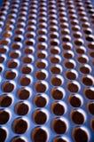 1 släta spela golfboll i hål metall Arkivfoto