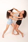 1 som slåss två unga kvinnor Arkivfoto