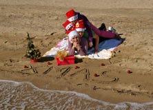 1 strandjulfamilj som lägger sanden Royaltyfri Foto