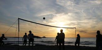 1 strandsolnedgångvolleyboll Arkivbild