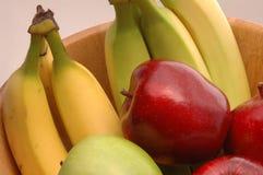 1 zielonych bananów czerwone jabłko Obrazy Stock