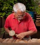 10凿子短槌木雕家工作 免版税库存照片