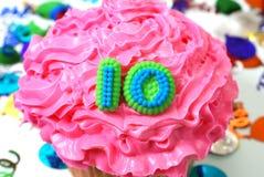 10次庆祝杯形蛋糕编号 免版税图库摄影
