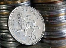 10 пенни английской языка валюты монеток монетки предпосылки Стоковые Фотографии RF