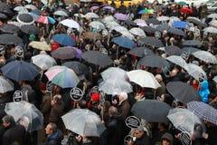 10,000 PROTESTEERDERS ONDER RAÄ°N VOOR HRANT DINK WORDEN GELOPEN DIE. Stock Foto's