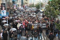 10,000 PROTESTEERDERS ONDER RAÄ°N VOOR HRANT DINK WORDEN GELOPEN DIE. Stock Foto