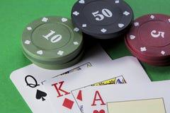 Английский язык палубы покера карточек, ферзь лопат, красный король диамантов и ТУЗ сердец рядом с платами 10, 50 и 5 Стоковое Изображение RF