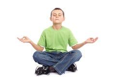 10 anos de menino idoso que meditating Imagens de Stock Royalty Free
