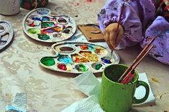 10 barn som målar krukmakeri Royaltyfri Bild