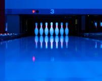 10 Bowlingspielstifte am Ende der Gasse Lizenzfreies Stockbild