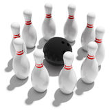 10 Bowlingspielstifte und -kugel Stockfotos
