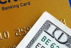 10 Dollarschein und eine Kreditkarte Stockbild