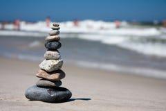 10 Kiesel gestapelt auf Strand Lizenzfreie Stockbilder