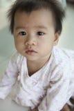10 maandbaby met grappig gezicht in huiswoonkamer Stock Afbeeldingen